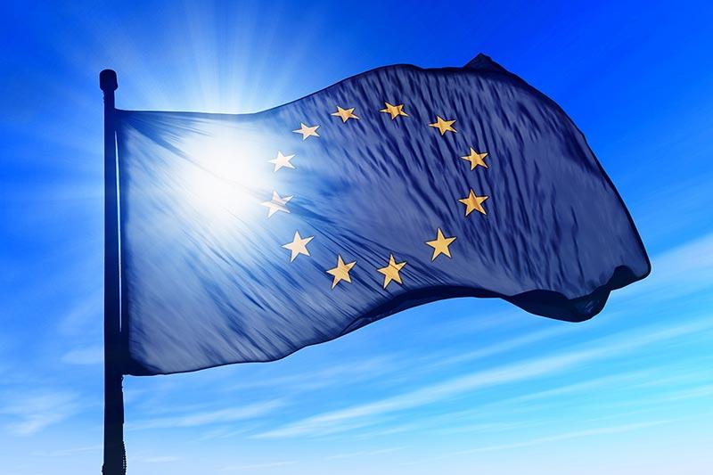 Сонце, як джерело енергії для сонячних електростанцій і прапор Євросоюзу фото