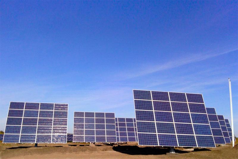 Сонячна станція на трекерах фото