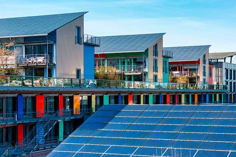 Дахові сонячні електростанції в місті фото
