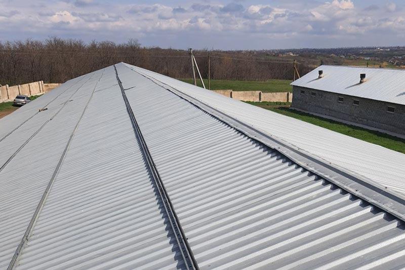 Розпочато монтаж дахової сонячної електростанції для свинарського комплексу